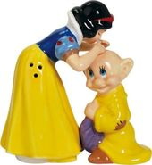 Disney - Snow White Kissing Dopey - Salt & Pepper